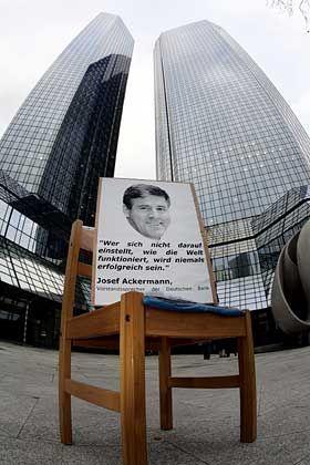 Proteste gegen Stellenabbau: Deutsche-Bank-Chef Josef Ackermann steht in der Kritik