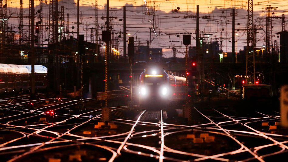 Zug der Deutschen Bahn am Frankfurter Hauptbahnhof