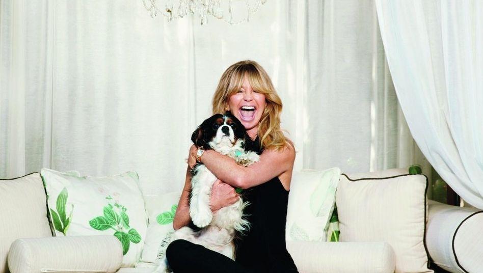 """Goldie Hawn Die Schauspielerin erlangte Ruhm durch ihre Rolle als dummes Blondchen in der Sketchreihe """"Laugh in"""". Privat wirkt sie viel ernsthafter. Sie ist auch Produzentin, Direktorin und leitet seit einigen Jahren eine Stiftung, die Kinder in aller Welt Achtsamkeit und Resilienz lehrt."""