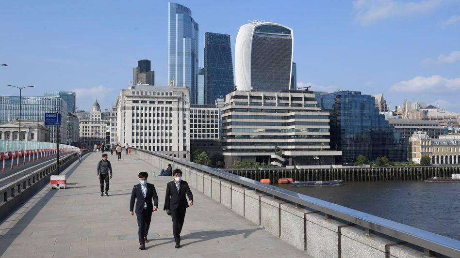 Rush Hour auf der London Bridge vor der City-Kulisse