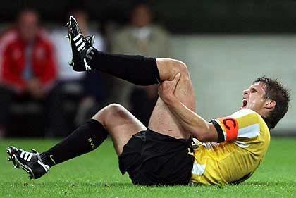 Echter Schmerz? Fußballer mimen gerne den Verletzten - Aktionäre versuchen sich durch Schwalben eine bessere Position zu verschaffen