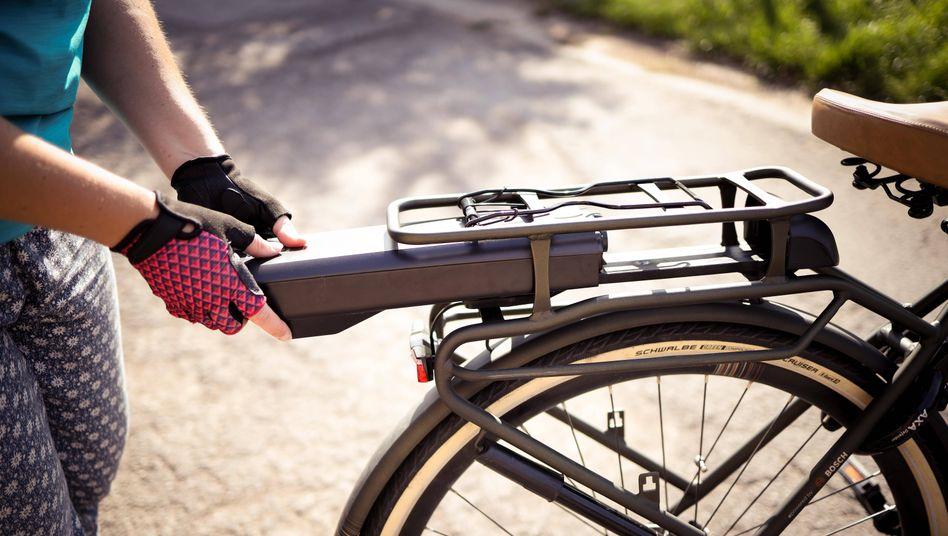 Mal eben auftanken: Wachstum bei den Verkäufen verzeichneten im vergangenen Jahr lediglich Elektrofahrräder. Die Stückzahl der klassischen Bikes stagnierte hingegen nahezu.