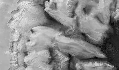 Ophir Chasma in Schwarz-Weiß: Die Farbdarstellungen wurden aus mehreren Farbkanälen berechnet