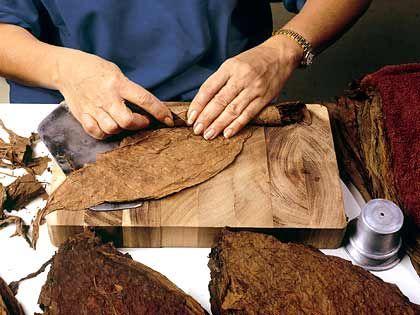 Filigrane Handarbeit: Die Blätter werden von Hand zu edlen Glimmstengeln gedreht
