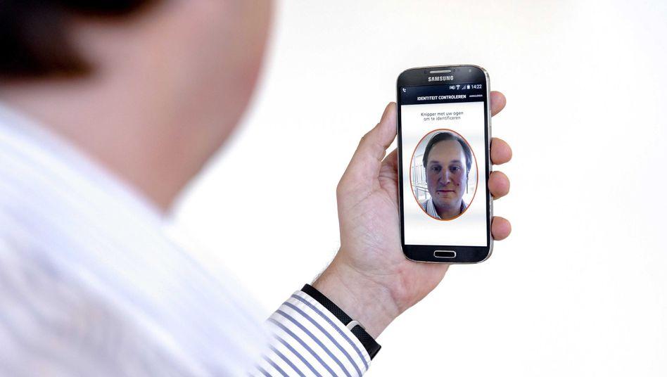 Neue Mastercard-Zahlmethode: Handykamera in Richtung Käufer