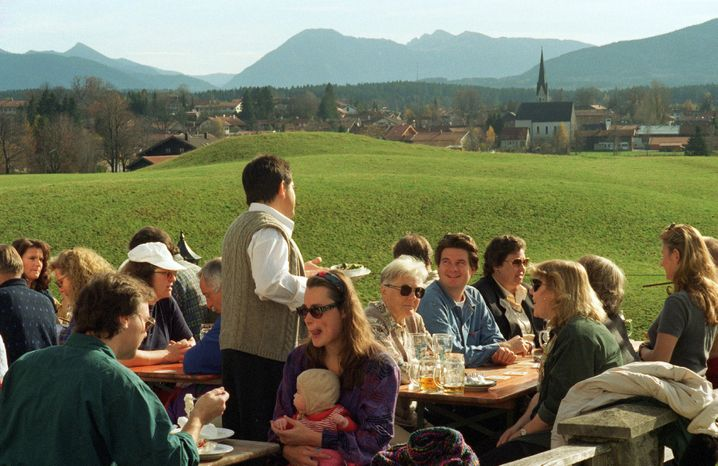 Biergarten mit Aussicht auf die Tegernseer Berge: Ansturm auf der Terrasse des Bräu-Stüberls des Klosters Reutberg bei Bad Toelz