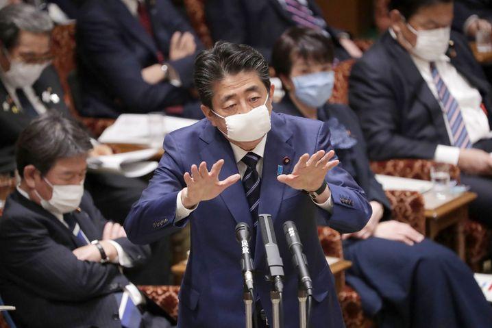 Riegelt sein Land weitgehend ab: Japans Premier Shinzo Abe am 1. April während einer Parlamentssitzung