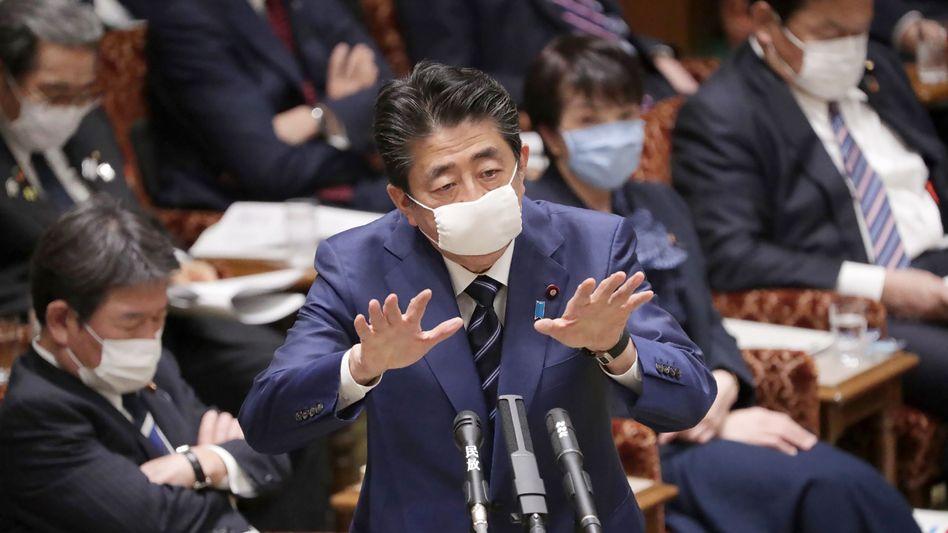 """""""Wirtschaft und Beschäftigung mit allen Mitteln schützen"""" : Japans Premier Shinzo Abe will weitere Milliardenschulden aufnehmen, um den Motor am Laufen zu halten. Der Schuldenberg Japans dürfte in diesem Jahr etwa 250 Prozent des Bruttoinlandsproduktes betragen - keine Industrieland auf der Welt hat mehr Schulden"""
