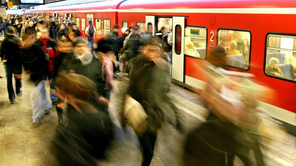 Ansturm auf die Regionalbahn: Solche Bilder gehören zum Pendler-Alltag (Archivfoto)