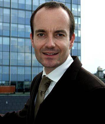 Dirk Peter lebte von 1982 bis 1996 in Südafrika. Nach seinem Studium in Johannesburg arbeitete er dort und in Kapstadt. Derzeit ist er in leitender Funktion in einem Hotel im Zentrum Hamburgs tätig.