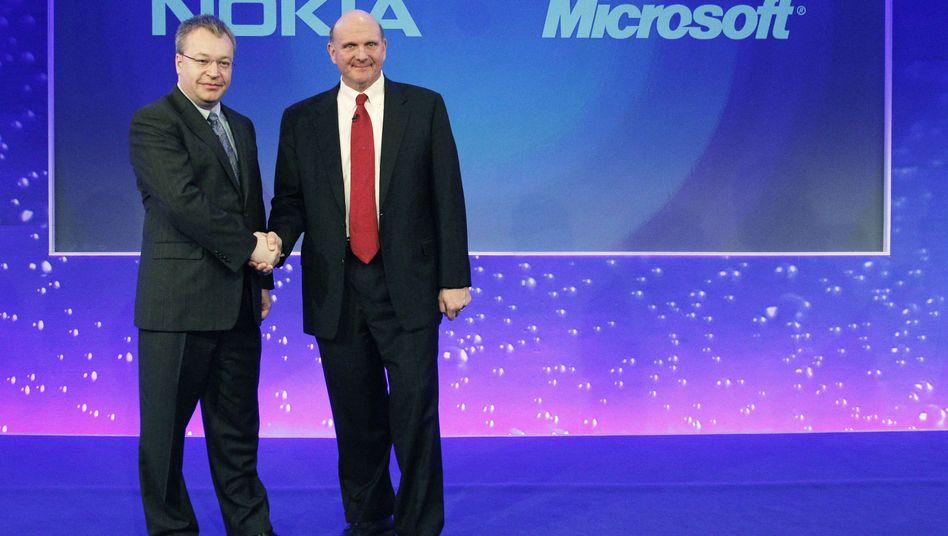 Der Microsoft-Chef und ein möglicher Nachfolger: Steve Ballmer (r.) mit Stephen Elop