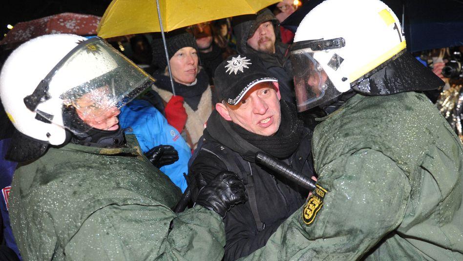 Die letzte Schlacht? Polizisten dringen im Stuttgarter Schlosspark ins Protestcamp der Gegner des umstrittenen Bahnprojekts Stuttgart 21 ein.