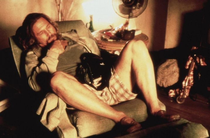 """Ikone der Faulheit: Um seine Probleme zu lösen, reißt sich Jeff Lebowski alias Jeff Bridges im Film """"The Big Lebowski"""" nicht gerade ein Bein aus."""