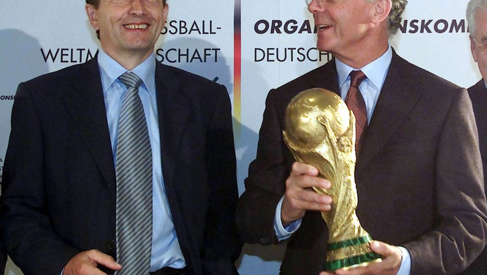 DFB-Präsident Niersbach (l., mit Beckenbauer, 2001): Unter Druck