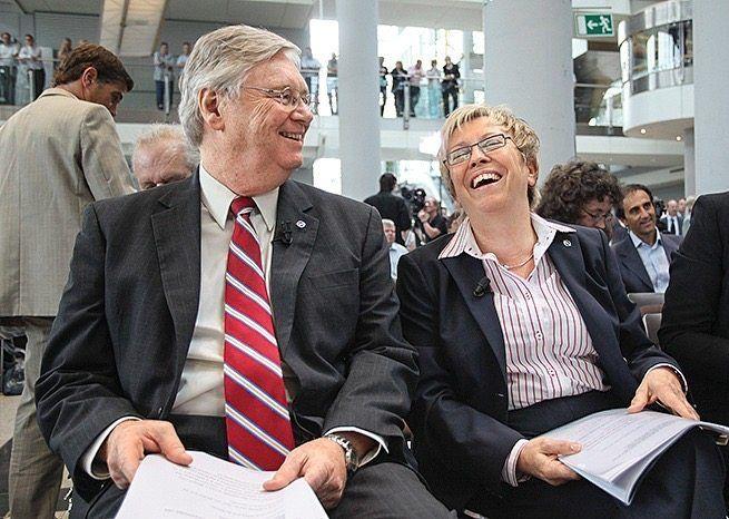 Ex-Entwicklungschefin: Rita Forst 2010 mit dem damaligen Opel-Chef Nick Reilly (71) bei einer Pressekonferenz am Firmensitz Rüsselsheim