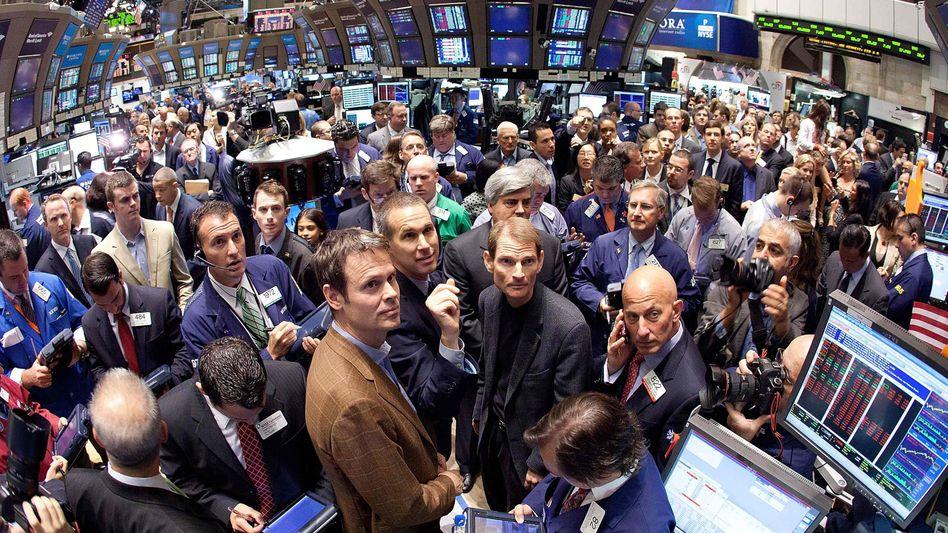 Börsengang des Internetradios Pandora: Gründer Tim Westergren (unten Mitte links) und Präsident Joe Kennedy (unten Mitte rechts) verfolgen den Kurssprung zum Börsenstart