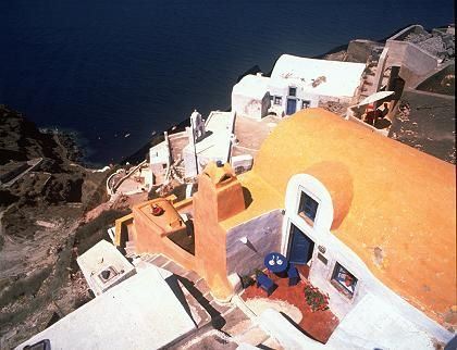 Haus am Hang: Die Häuser von Santorin kleben wie Adlerhorste in den Felsen
