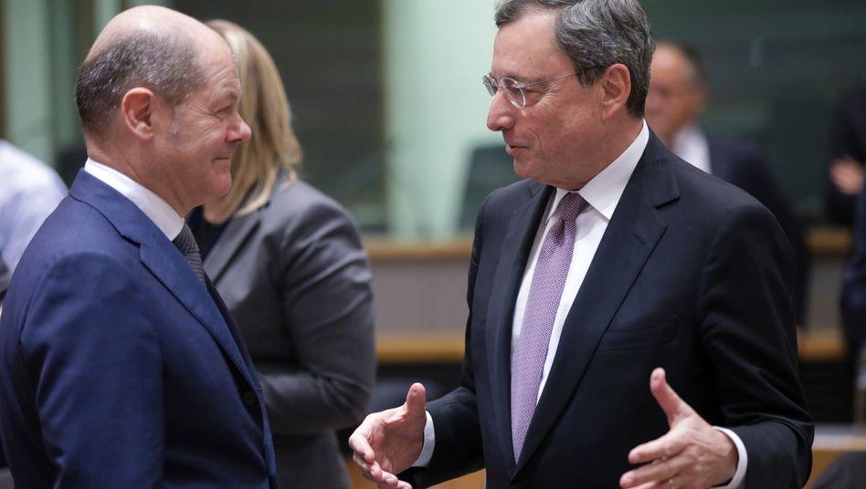 Lange Nacht: EZB-Mario Draghi (r) und Bundesfinanzminister Olaf Scholz (l) während eines Treffens der EU-Finanzminister