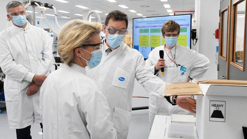 Große Zusage: Pfizer-Chef Albert Bourla mit EU-Kommissionspräsidentin Ursula von der Leyen im April im belgischen Impfstoffwerk Puurs