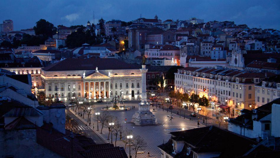 Sieht auf den schnellen Blick gut aus: Blick auf den Rossio-Platz und das beleuchtete Nationaltheater von Lissabon.