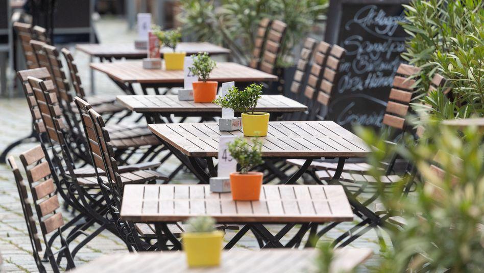 Leere Tische vor einem Restaurant: Die Regierung will eine Pleitewelle bei Kleinbetrieben mit Corona-Überbrückungshilfen abwenden