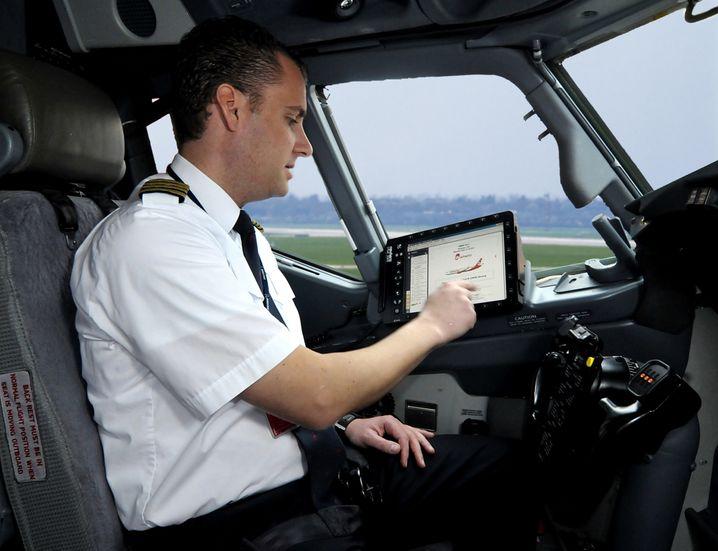 Zack, zack: Piloten beherrschen es aus dem Eff-Eff, eine Checkliste abzuarbeiten und dabei maximal konzentriert zu sein