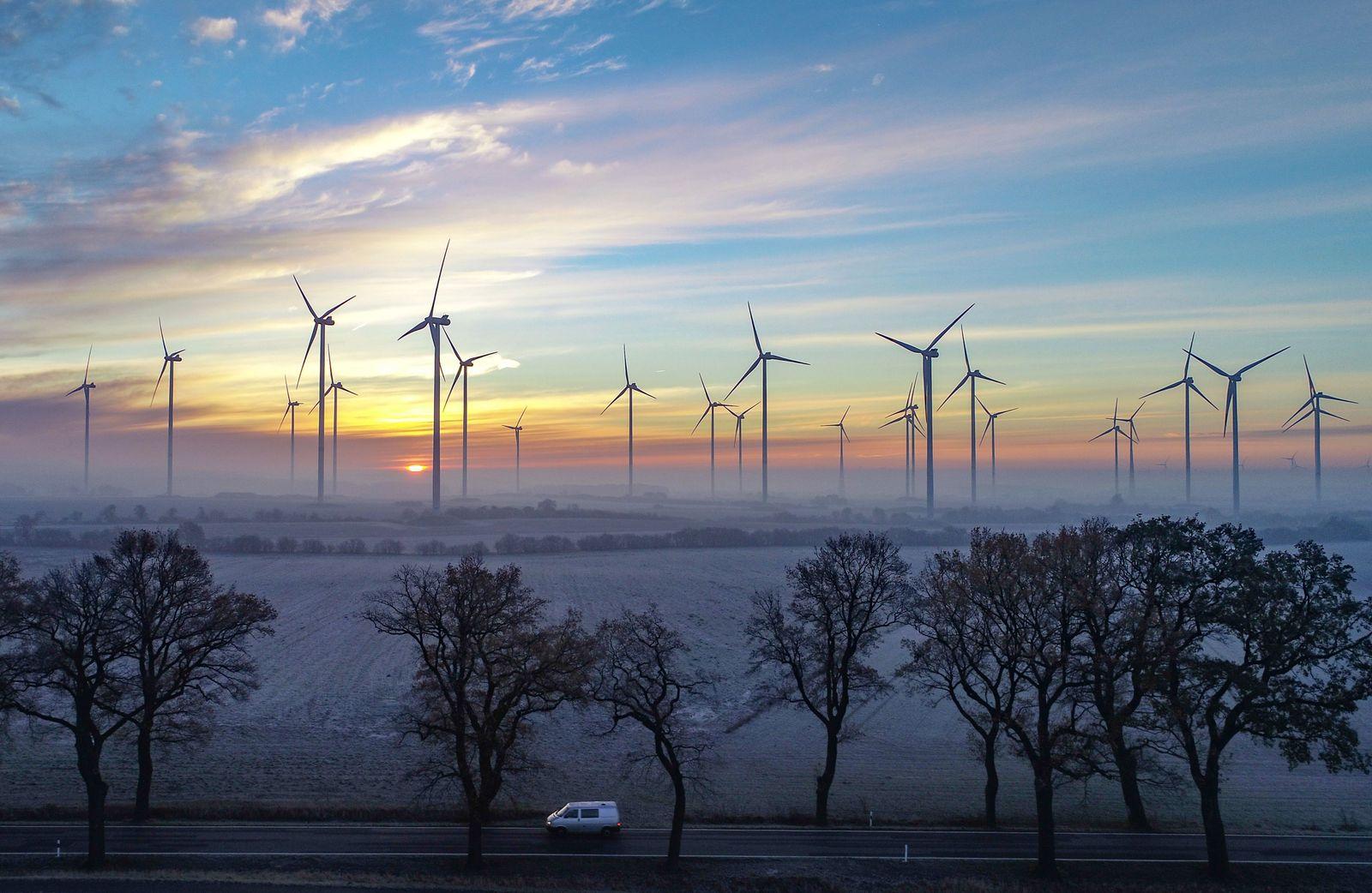 Windräder / Windenergie / Windkraft / Windkraftanlage / Windkraftanlage / Sonnenaufgang in Brandenburg