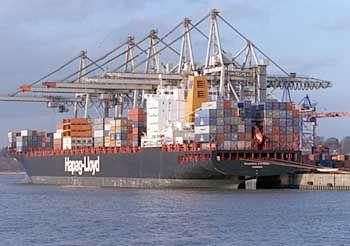 Umkämpfter Wachstumsmarkt: Voll beladenes Containerschiff im Hamburger Hafen