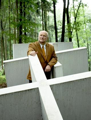 Haute Couture: Bestattungsunternehmer Roth aus Bergisch Gladbach bietet neben einem Skulpturenpark auch maßgeschneiderte Grabstätten auf seinem Privatfriedhof