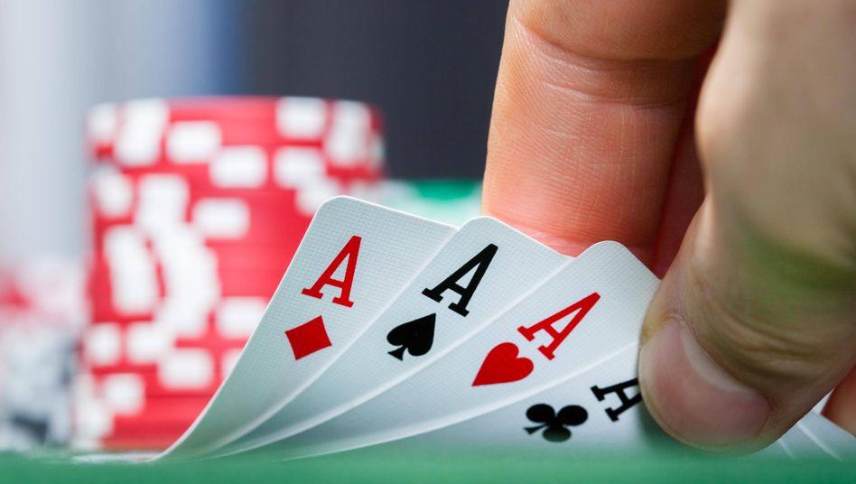 Ruhe, Nervenkraft, Chuzpe: Was beim Pokern mitunter zum Erfolg führt, kann auch bei Abfindungsverhandlungen von Nutzen sein.