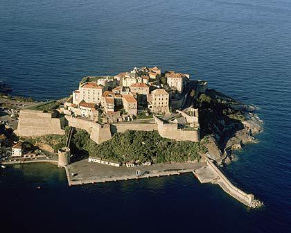 Wehrhaft: Die Zitadelle von Calvi auf Korsika kündet von kriegerischen Zeiten