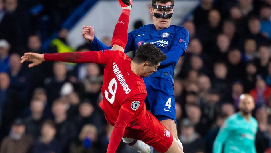 Königsklasse: Bayern-München-Stürmer Robert Lewandowski (rot) mit den Chelsea-Spieler Mateo Kovacic (unten) und Andreas Christensen im letzten Champions-League-Duell vor der Corona-Pause.
