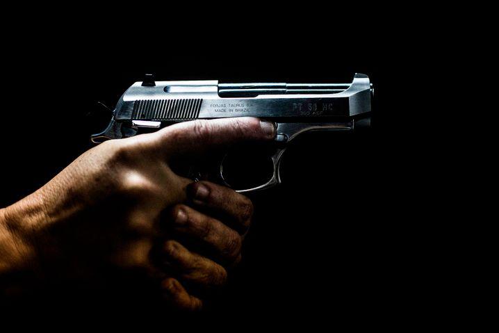 Waffe an einem Schießstand in einem Vorort von Rio de Janeiro