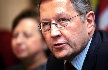 """""""Der Lackmustest für die neue Vereinbarung steht noch aus."""" Klaus Regling, als Direktor der Generaldirektion Wirtschaft und Finanzen für die Einhaltung des Euro-Stabilitätspakts zuständig"""