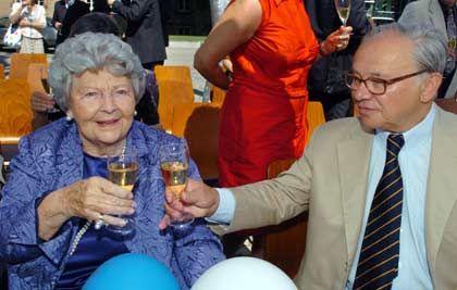 Mutter und Sohn: Der Verleger Hubert Burda (r) stieß mit seiner Mutter Aenne Burda zu deren 95. Geburtstag an