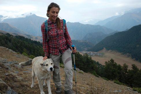 Treuer Begleiter: Ein Hirtenhund folgt Tinatin Ididze über den 2428 Meter hohen Tutariki-Pass