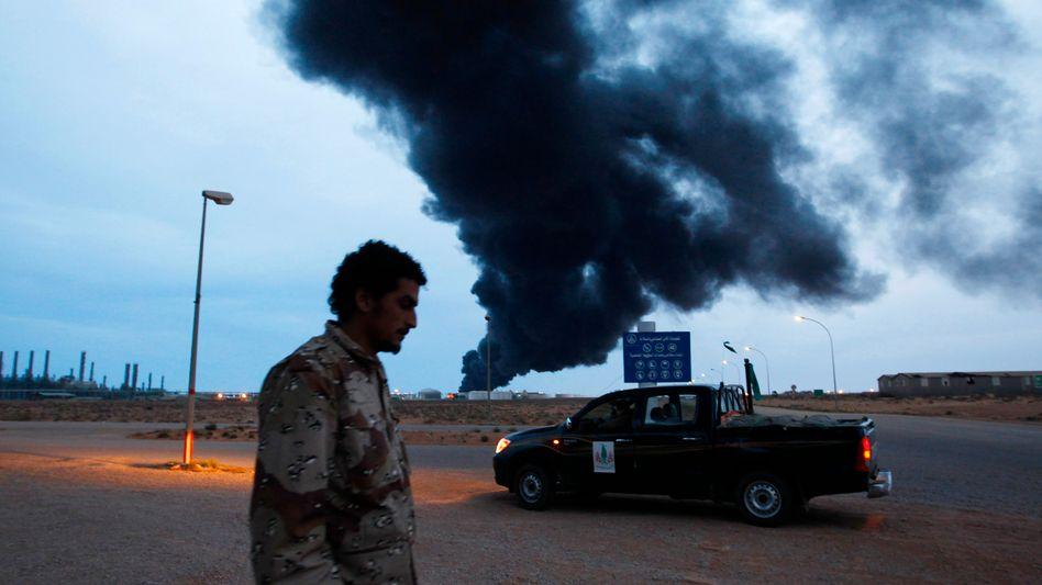Brennende Öl-Raffinerie bei Ras Lanuf: Regierungstruppen rücken gegen Rebellen vor