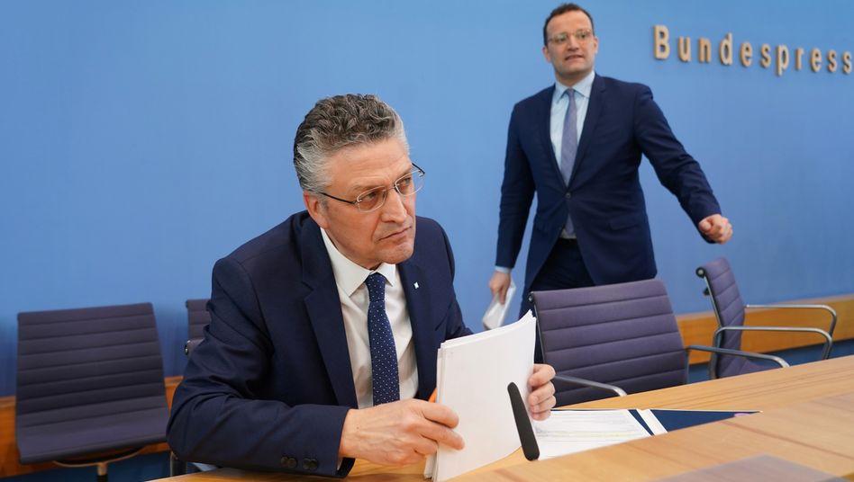 """Institutspräsident Wieler (l.), Politiker Spahn bei der Bundespressekonferenz: """"Jedes Wort muss gut durchdacht sein"""""""