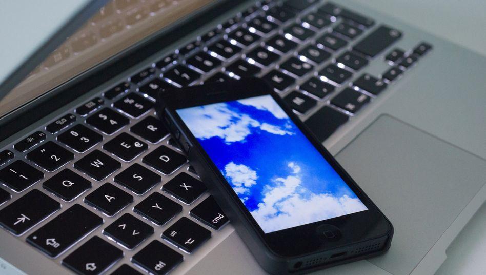Ab in die Wolke: Smartphone-Backups schützen vor Datenverlust. Ob man sie lokal auf dem Rechner oder online in der Cloud speichert, muss man gut abwägen.