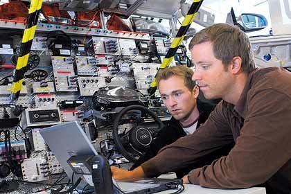 Die Autobranche benötigt immer mehr IT-Fachkräfte. Interdisziplinäre Kenntnisse und Praxiserfahrung sollten die Job-Aspiranten möglichst mitbringen