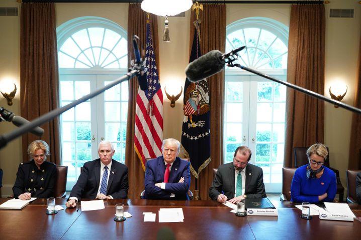 US-Präsident Donald Trump (Mitte) nach einer Coronavirus-Krisensitzung; ganz rechts: Emma Walmsley, CEO des Pharmaunternehmens GlaxoSmithKline (GSK)