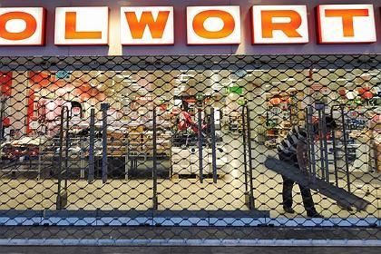 Tore zu, Tore wieder auf: Schlecker zieht in ehemalige Woolworth-Filialen ein, und das Kartellamt stimmt zu