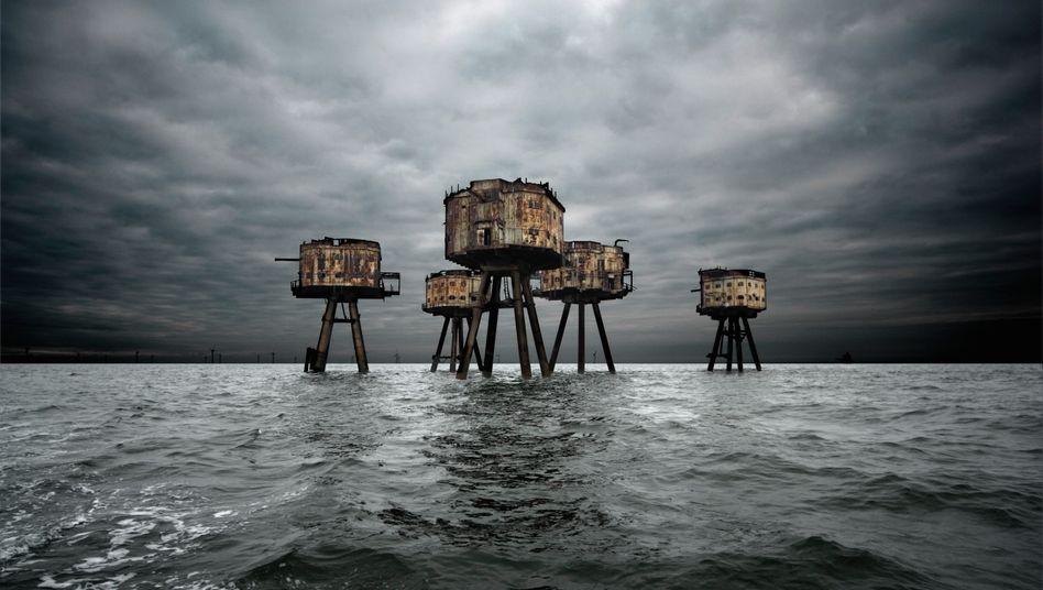 """Zweiten Weltkrieg legte Großbritannien vor der Küste massive Verteidigungsanlagen an. Die Bauwerke waren mit Flugabwehrkanonen sowie modernem Radarausgestattet. Den """"Blitz"""" (den deutschen Luftangriff) konnten sie jedoch nicht aufhalten. Heute dienen sie keinem Zweck mehr und rosten vor sich hin."""