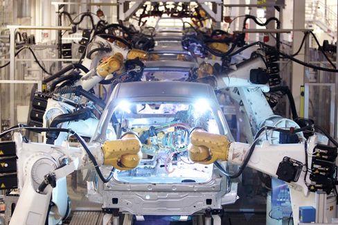 Golf-Produktion bei Volkswagen in Wolfsburg: Pkw-Zulassungen zuletzt gestiegen