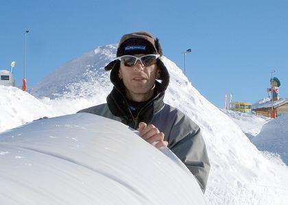 Immobilien-Blase: Iglu-Baumeister Reitbauer steht in Serfaus in den österreichischen Alpen vor einer Blasenform, mit deren Hilfe ein Iglu geformt werden kann