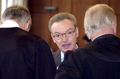 Absprache: Der ehemalige Mannesmann-Vorstandsvorsitzende Klaus Esser (M.) mit seinen Anwälten Sven Thomas (li.) und Jürgen Welp