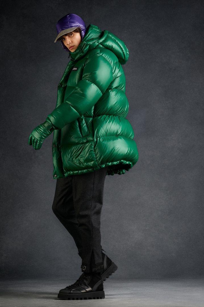 Die Outwear-Mode orientiert sich an vergangenen Jahren und macht Daunenjacken zum Muss - auch im Oversized-Look wie hier von Z Zegna (Jacke 1100 Euro, Hose 495 Euro, Handschuhe 495 Euro, Cap 375 Euro, Schuhe 480 Euro).