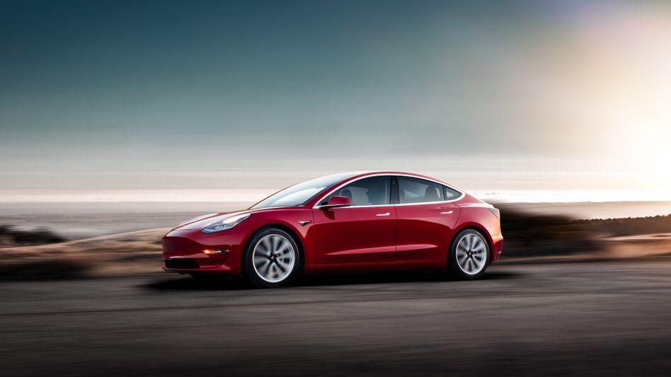 Tesla Model 3: Mit diesem Modell - einem Elektroauto für den Massenmarkt - hat Tesla die deutschen Autobauer endgültig aufgeschreckt. Sie müssen schleunigst aufholen