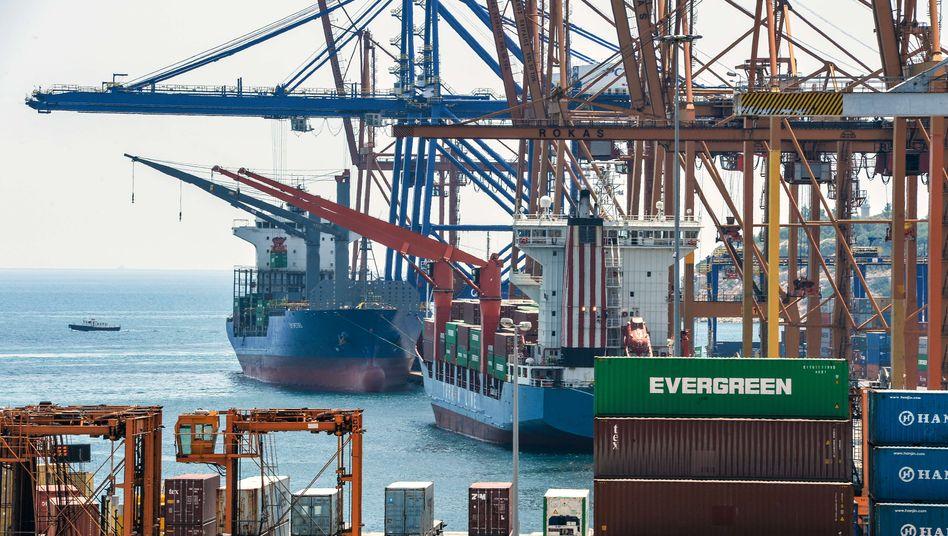 Hafen von Piräus: Die Lust, Staatsvermögen zu Geld zu machen, hielt sich in Griechenland in den vergangenen 5 Jahren in sehr engen Grenzen. Nun soll ein Privatisierungsfonds, der unter EU-Aufsicht steht, den griechischen Behörden bei den Verkäufen hilfreich zur Seite stehen