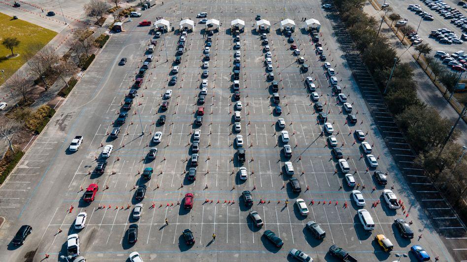 Schlange stehen für die Impfung: Autofahrer warten in einer Schlange vor den mobilen Impfzelten in den USA, Houston, auf ihre Impfung
